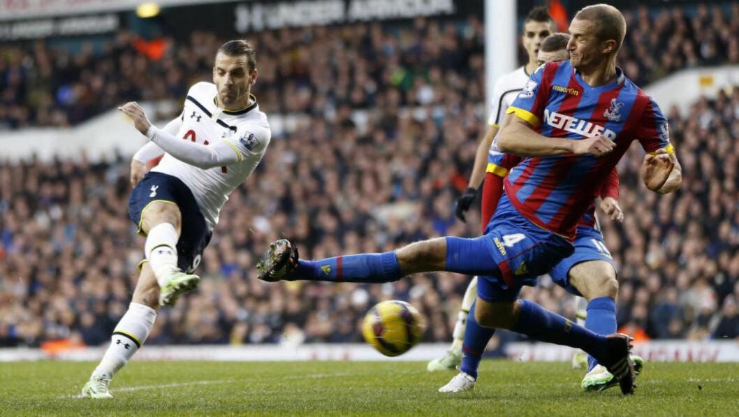 <strong>ET ÅR TIL:</strong> Brede Hangeland, her i aksjon mot Roberto Soldado og Tottenham, har skrevet under på en ny ettårskontrakt med Crystal Palace. Foto: Action Images / Jed Leicester / NTB Scanpix