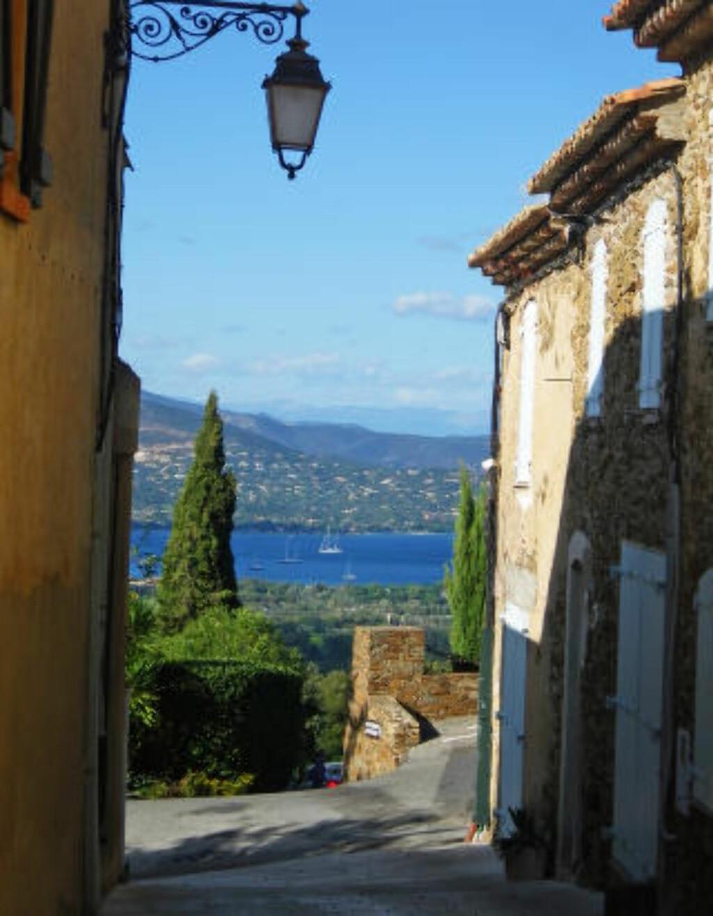 GASSIN: Landsbyen er velsignet med en slående utsikt både innover i Provence, med vinmarker, skog og fjell - og til det blå havet som hviler bare noen få kilometer unna. Foto: WIKIMEDIA COMMONS
