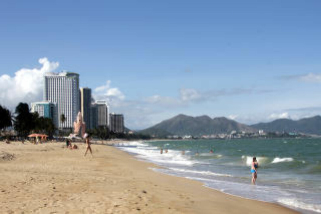 NHA TRANG: I badebyen Nha Trang er det påfallende mye som minner om Miami. Den sju kilometer lange sandstranda bader i solskinn, mens badeløver vaker i bølgene. Foto: KJERSTI VANGERUD