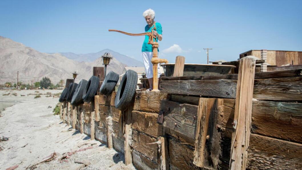 <strong>TØRT:</strong> Det er ikke lenger mulig å legge til med båt ved huset til Dottie Friedley (87) i Desert Shores i California. Foto: Ørjan F. Ellingvåg / Dagbladet