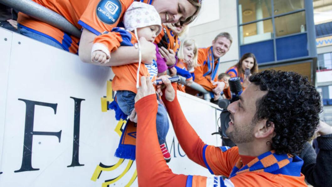 <strong>SISTE KAMP:</strong> Aalesunds Michael Barrantes Rojas skriver autografer etter eliteseriekampen mellom Aalesund og Stabæk på Color Line Stadion. Det var hans siste kamp i Tippeligaen. Foto: Svein Ove Ekornesvåg / NTB scanpix