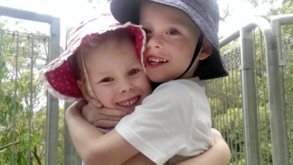 SØSKENKJÆRLIGHET: - Da vi fortalte Emily om den dramatiske fødselen begynte hun å gråte og klemte tvillingbroren sin, sier Kate til Daily Mail. De er i dag fem år gamle, og har en lillebror på fire. Foto: Skjermdump / Privat