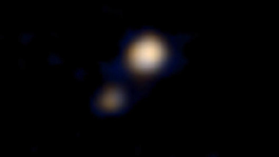 <strong>PLUTO:</strong> 14. april kunne NASA offentliggjøre dette bildet - det første fargebildet som er tatt av Pluto. Den lille kula ved siden er Charon, Plutos største måne. Foto NASA / NTB Scanpix