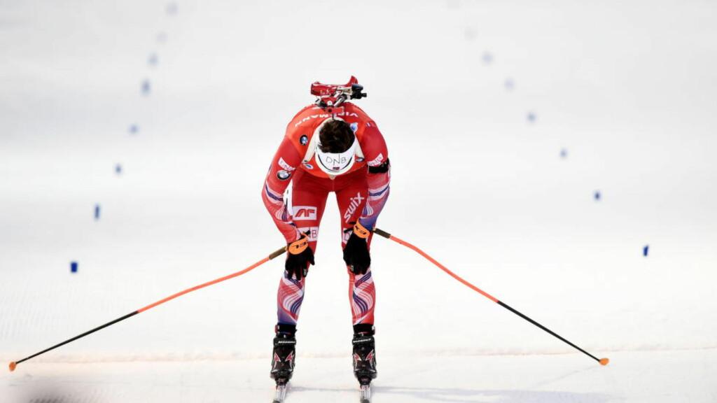 SLUTTKJØRT: Ole Einar Bjørndalen glir i mål til fjerdeplass på dagens VM-fellesstart i skiskyting i finske Kontiolahti. Veteransen ledet ut fra siste skyting, men hadde ikke energi å kjøre med på slutten.