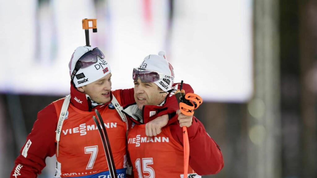 GODE KOMPISER: Bronsevinner Tarjei Bø kom med trøstende ord til Ole Einar Bjørndalen etter VM-fellesstarten. Bjørndalen ledet løpet lenge, men havnet til slutt på den sure fjerdeplassen.