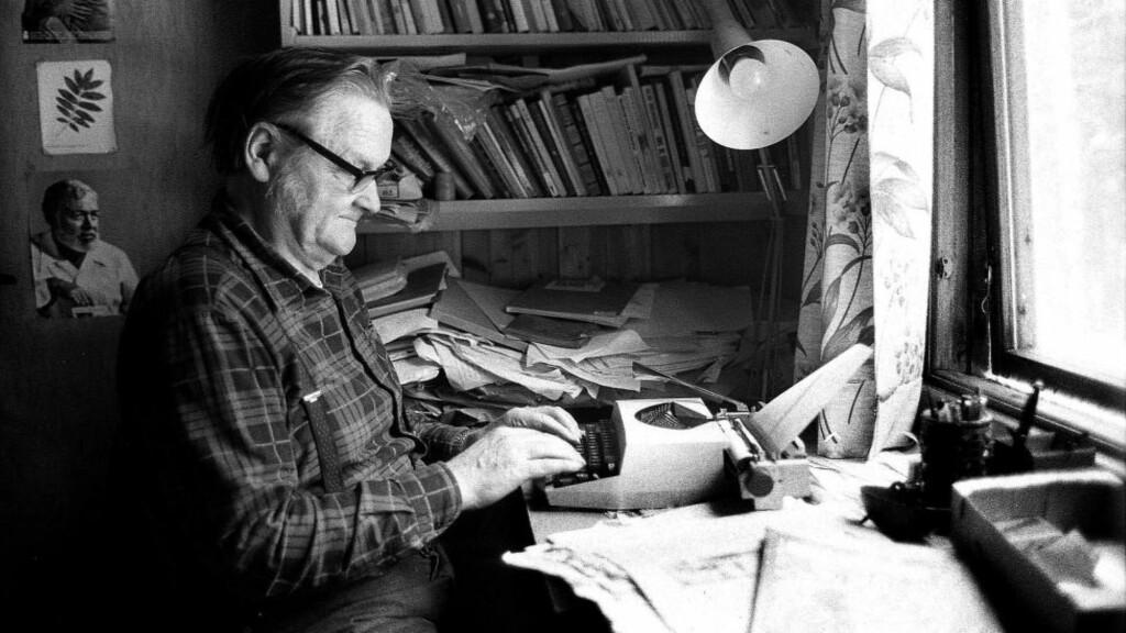 LYTT TIL BØRLI:  Hans Børli i 1988 hjemme i skrivestua i Eidskog med bilde av Ernst Hemingway på veggen. Foto: Vidar Ruud / NTB Scanpix