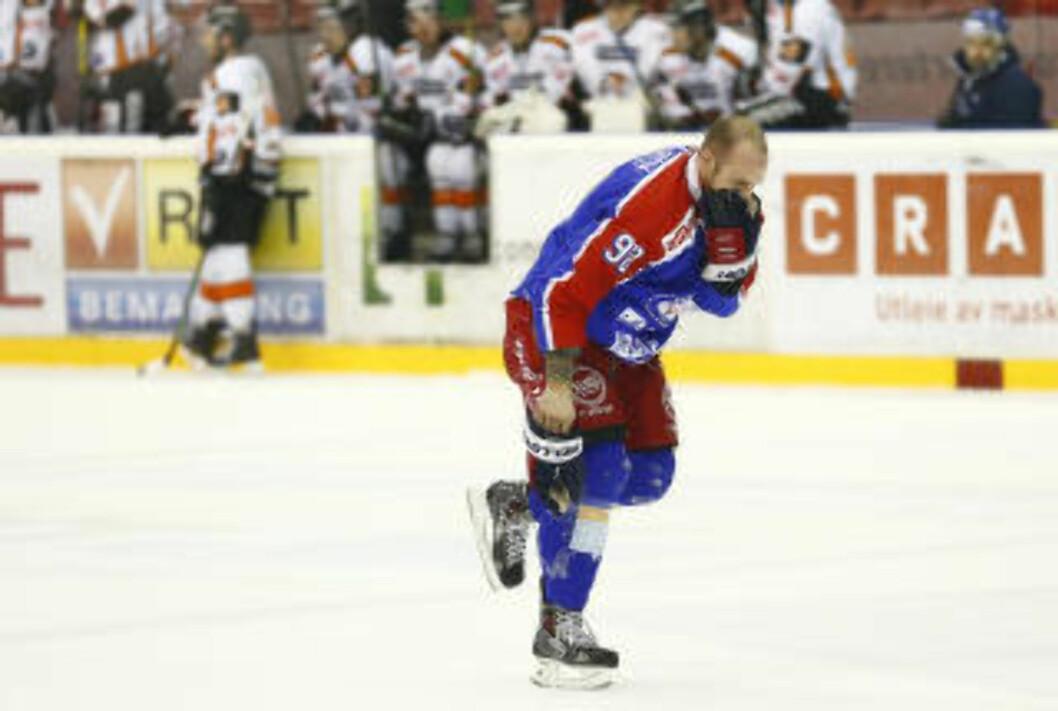 BLODIG OPPLEVELSE:  Daniel Sørvik fikk en puck midt i ansiktet og måtte forlate isen. VIF-backen kom tilbake og fullførte kampen etter å sydd tre sting. Foto: Heiko Junge / NTB scanpix
