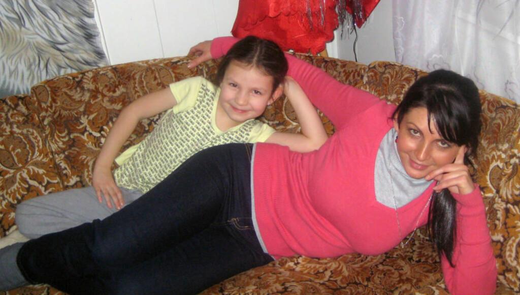 MOR OG DATTER: Monika Sviglinskaja og hennes mor Kristina Sviglinskaja. Politiet mener nå at den åtte år gamle jenta ble drept av sin tidligere stefar i 2011, etter først å ha henlagt saken som selvmord. Foto: Privat / NTB Scanpix