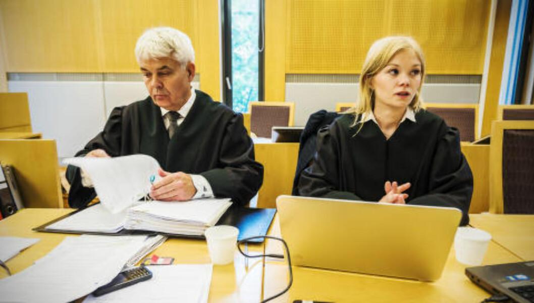 <strong>KRAFTIG IRRITERT:</strong> Thomas Randby og Heidi Wiig Nicolaysen fra Advokatfirmaet Elden forsvarer 24-åringen. Randby er kraftig irritert over PSTs bevisframleggelse, som han mener er utilbørlig selektiv. Foto: Ralf Lofstad / Dagbladet