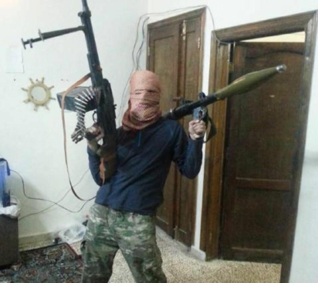 <strong>MED VÅPEN:</strong> Den tiltalte 24-åringen fra Fredrikstad, her med maskingevær og rakettkaster i Syria. Foto: PST/aktoratet
