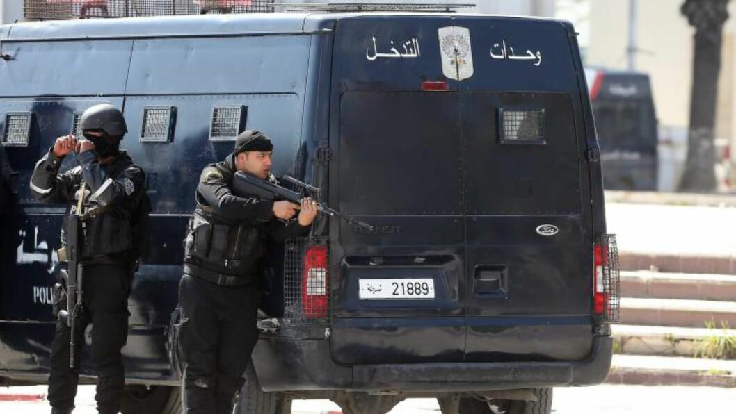 GISSELSITUASJON: Tunisiske sikkerhetsstyrker tar oppstilling utenfor Bardo-museet. Foto: EPA / MOHAMED MESSARA / NTB scanpix