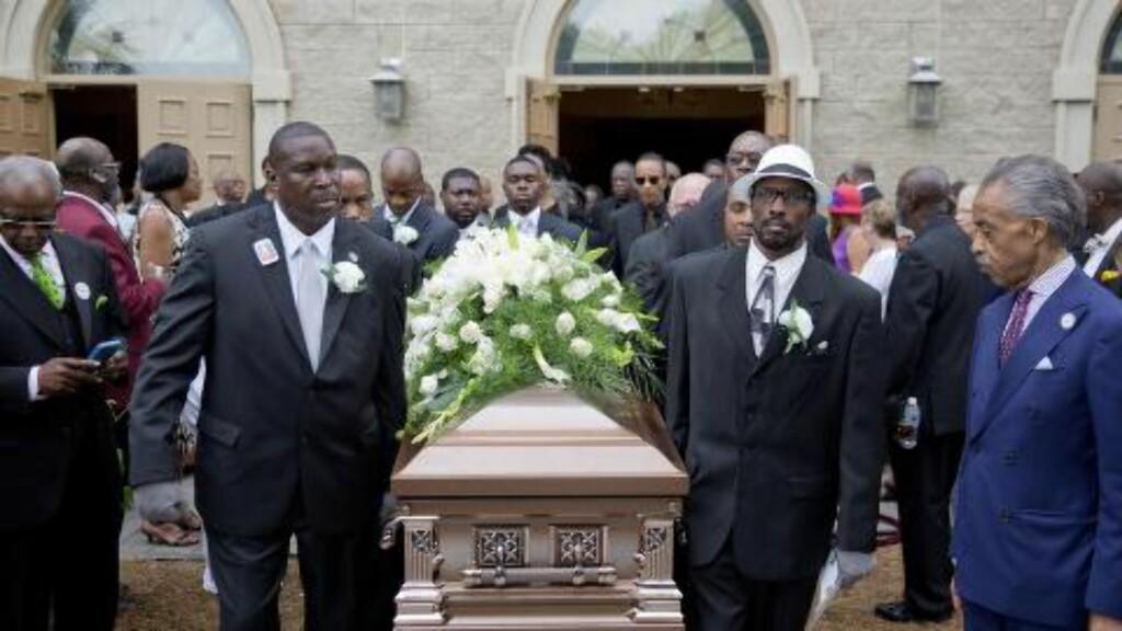 LANGT IGJEN:  Al Sharpton (t.h.) bivåner når kista til Ethel Lance bæres ut av kirken. Under seremonien talte han om hvor langt borgerretighetskampen har kommet i USA, men også hvor langt fra ferdigkjempet den er. Foto: Reuters / NTB Scanpix