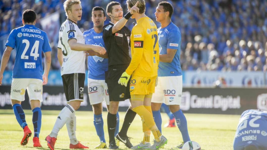 <strong>TEMPERATUR:</strong> Dommer Tore Hansen hadde nok å henge fingra i under storkampen mellom Rosenborg og Molde. Foto: Ned Alley / NTB Scanpix