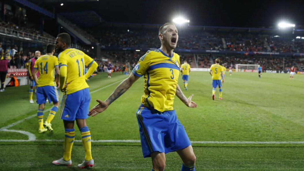 <strong>BLÅGUL JUBEL:</strong> Sveriges Goran Milosevic jubler etter svenskenes tredje mål i 4-1-seieren over Danmark i kveld. Foto: Reuters / Carl Recine / NTB Scanpix