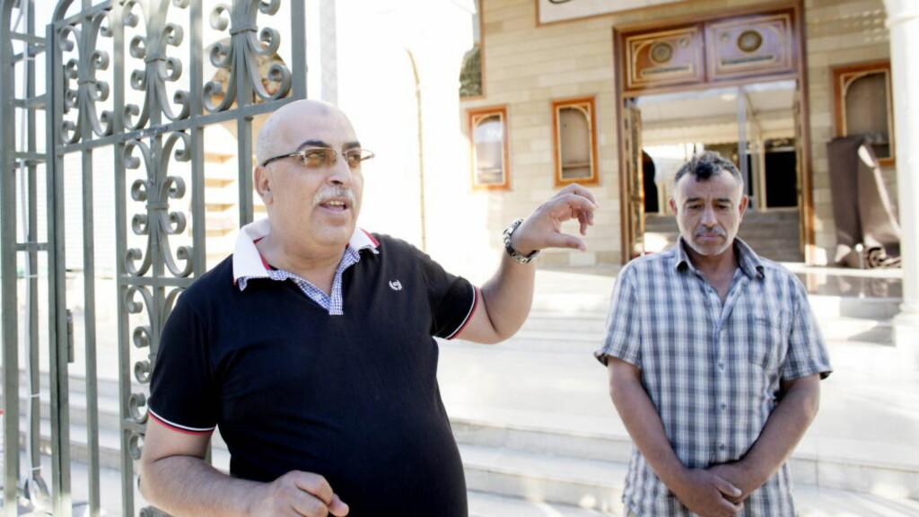 I HAMZA-MOSKEEN:  Ahmed Jeghan er fast gjest i Hamza-moskeen, ikke langt unna åstedet for turistmassakeren i Tunisia. Han mener det er bra at moskéer som preker hat og ekstremisme skal stenges for å hindre radikalisering. Her med moskeens oppasser. Foto: Sveinung U. Ystad, Dagbladet