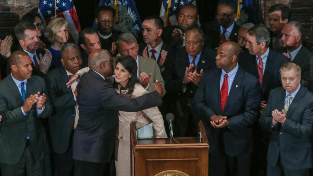 <strong>BRED STØTTE:</strong> Guvernør Nikki Haley (i midten) får bred støtte fra andre politiske ledere i Sør-Carolina for sitt krav om å fjerne sørstatsflagget fra delstatsforsamlingen. Foto: Tim Dominick/The State/TNS/ABACAPRESS.COM
