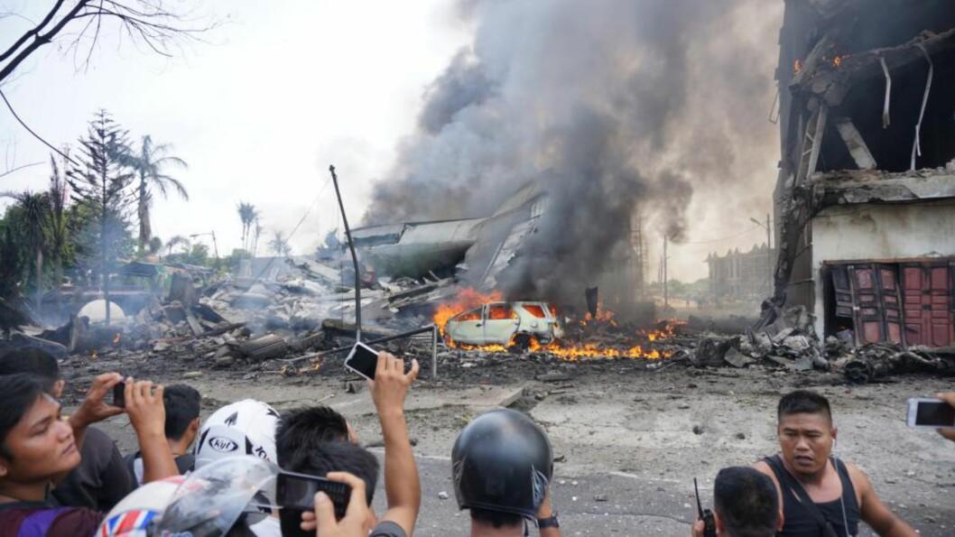 <strong>FLYULYKKE:</strong> Et militærfly har styrtet i et boligområde i Indonesia. Foto: AFP/MUHAMMAD ZULFAN DALIMUNTHE