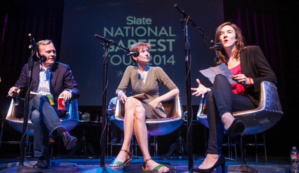 NETTVERK: Dana Stevens og Julia Turner fra podcasten «Slate Culture Gabfest» og John Dickerson fra «Slate Political Gabfest» under en live-podcast i Brooklyn i 2014. De er nå en del av podcastnettverket Panoply, et av flere som er vokst fram i USA det siste året. Foto: Slate Political Gabfest