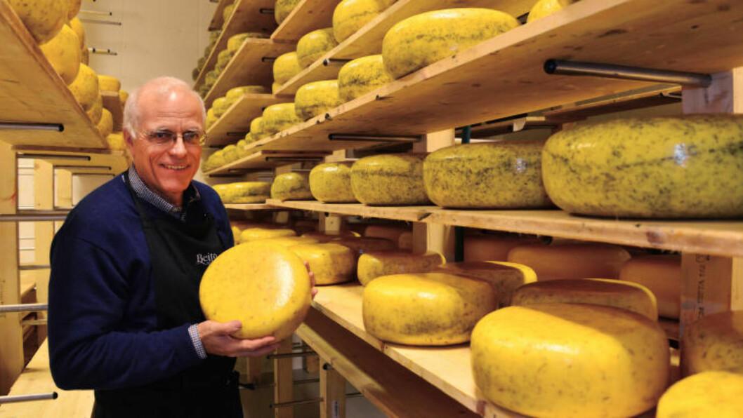 <strong>PRIMUS MOTOR:</strong> I fjor produserte Beito ysteri 35 tonn ost. Det kan høres mye ut, men hyllene er stort sett tomme. Ostemaker Trond Wahlstrøm gjør selv mye av jobben, inkludert håndpakking av hver eneste ost. Foto: TORILD MOLAND