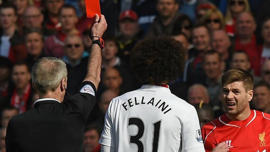 SÅ RØDT. En overtent Steven Gerrard måtte forlate banen etter bare 38 sekunders spill mot Manchester United søndag. Tidlig ja, men ingen rekord. Foto: AFP.
