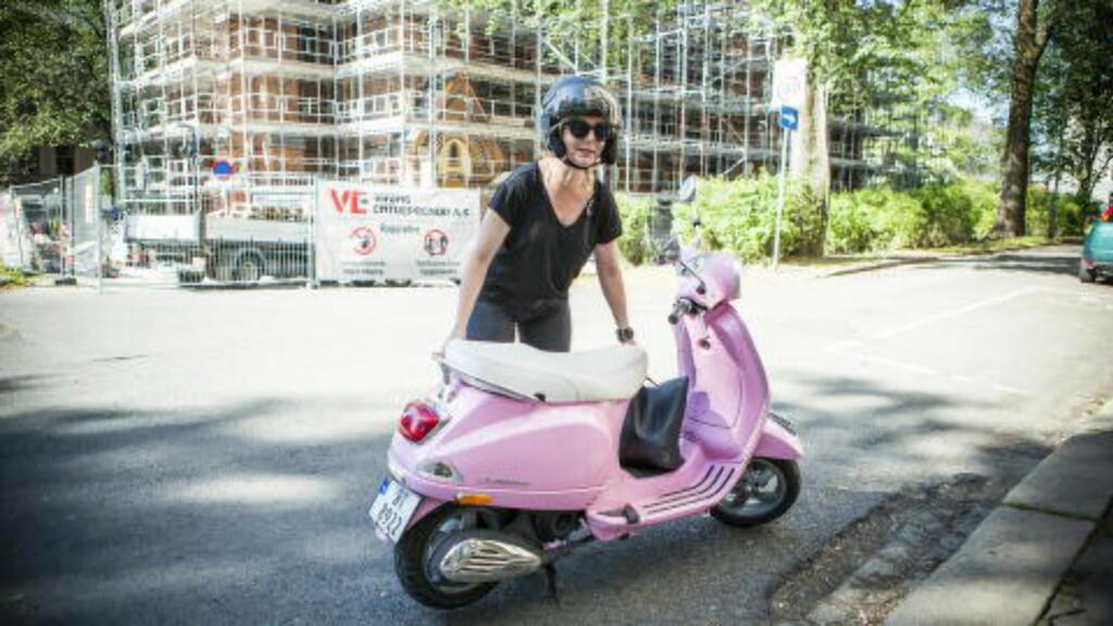 Linn Skåber på sin rosa Vespa i Thorvald Meyers Gate i Oslo. Foto: Christian Roth Christensen / Dagbladet