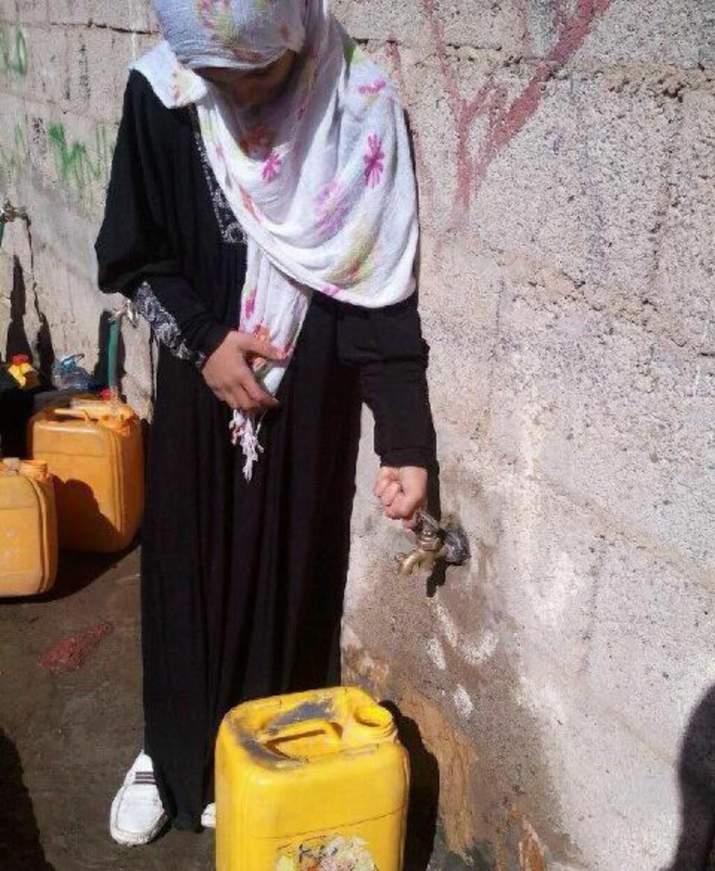 MÅ HENTE VANN:  Overgang fra Lillesand til hovedstaden Sanaa i Jemen er enorm for Shaimaa (11), mora og søsknene. Leiligheten de leier har ikke innlagt vann, og barna må ut på gata for å tappe. Foto: Privat