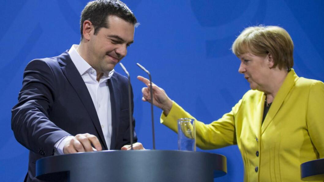 HVEM GIR SEG FØRST? Angela Merkel, EUs mektigste, retter pekefingeren mot Alexis Tsipras og Hellas. Tsipras retter pekefingeren rett tilbake. Hvem som gir seg først i denne maktkampen, er fortsatt usikkert.   Foto: Hannibal Hanschke / Reuters