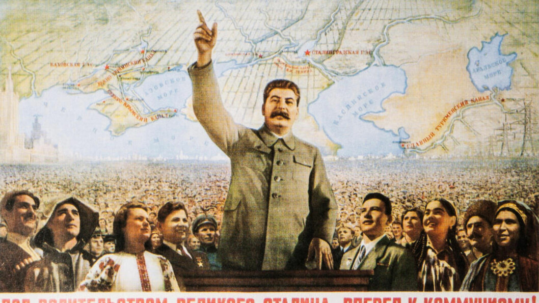 """Svetlana Aleksijevitsj formidler i boka «Slutten for det røde mennesket» et mangfoldig kor av beretninger fra folk som vokste opp og levde under Sovjetunionens retningslinjer. Her ser vi folket ideelt framstilt under Josef Stalins beskyttelse - med slagordet """"Under den store Stalins lederskap - fremad mot kommunismen!"""" - Usignert propagandaplakat"""