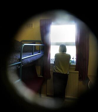 PÅ CELLA: En kvinnelig fange titter ut av vinduet sitt. Foto: NTB Scanpix