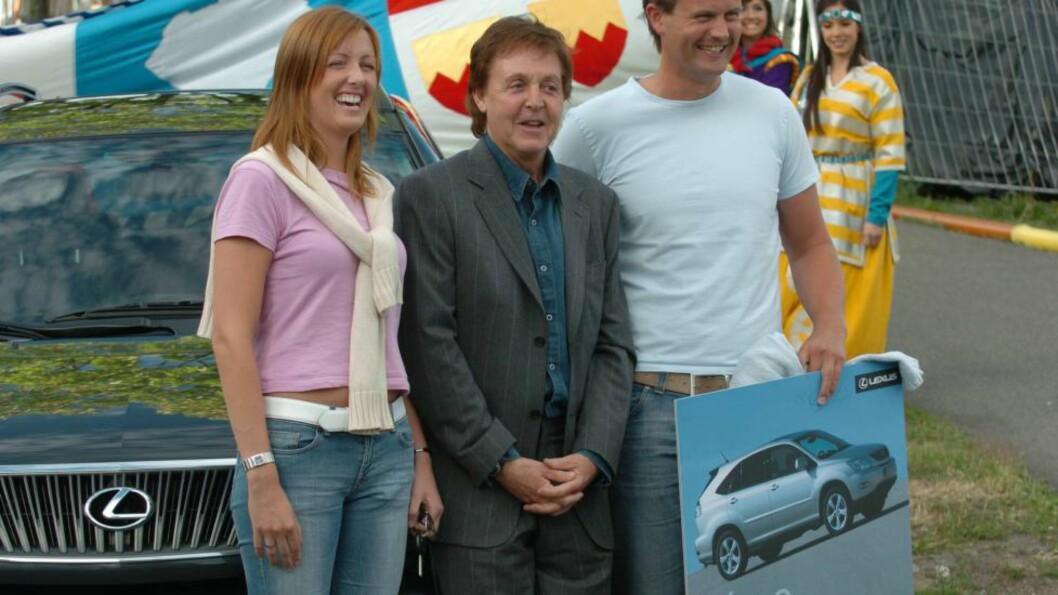 <strong>HELDIG VINNER:</strong> Siri Sørflaten vant både bil (i bakgrunnen) og konsertbilletter og ektemannen Geir (til høyre) fra Sir Paul McCartney i 2004. Foto: Robert Eik/Dagbladet