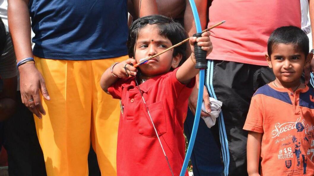 <strong> Robin Hood-takter:</strong>  Dolly Cherukiri er to år, men ingen hvem som helst. Ingen yngre bueskyttere noensinne har vært bedre enn henne med en bue, mener familien. AFP PHOTO/STR