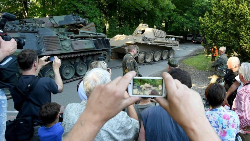 TANKS: Tysk politi og det tyske Forsvaret reiste fra pensjonisten med en stridsvogn av typen Panther. Denne ble brukt av tyskerne under 2. verdenskrig og pensjonisten brukte den blant annet til å hjelpe til i nabolaget. Foto: EPA/CARSTEN REHDER