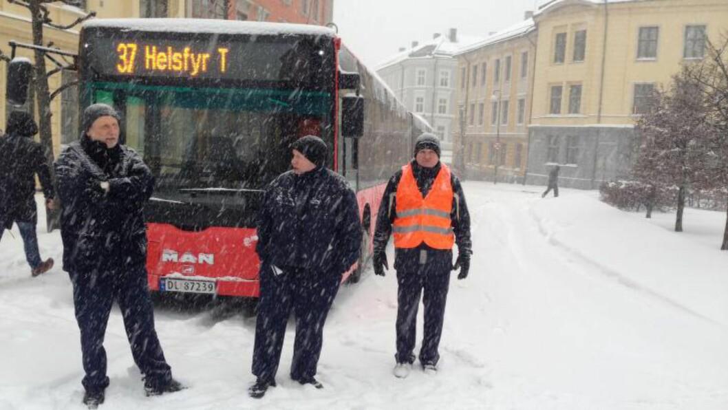 <strong> MÅTTE GI OPP:</strong>  Ruter har innstilt all busstrafikk i Oslo i dag. Har har selv en av de store motorene i Oslos kollektivtrafikk - 37-bussen - meldt pass på Harald Hårdrådes i Gamlebyen ved 08.15-tiden. FOTO: KRISTOFFER EKEBERG/DAGBLADET.