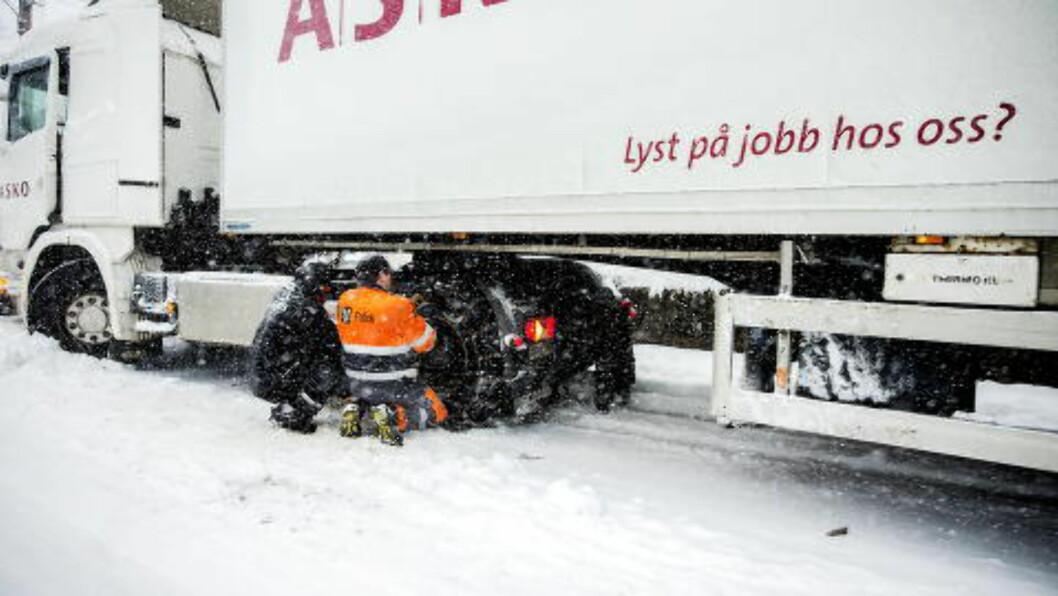 LYST PÅ JOBB ?  Ja, til å sette på kjetting. Her må et vogntog fra matvaregrossisten ASKO ha hjelp i Lilleakerveien i Oslo. FOTO: BJØRN LANGSEM/DAGBLADET.