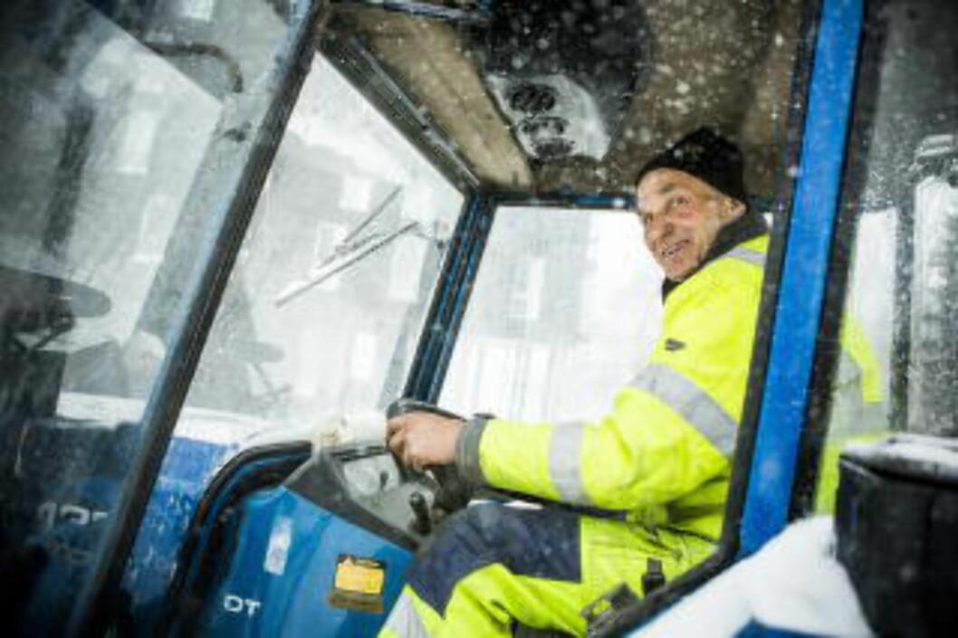 <strong> FRA GATEFEIING TIL SNØRYDDING:</strong>  Gunnar fra Vaktmesterkompaniet har vært i gang i Oslos gater med snøryddeutstyr i Oslo-gatene  siden klokka 06 i morges. FOTO: CHRISTIAN ROTH CHRISTENSEN/DAGBLADET.