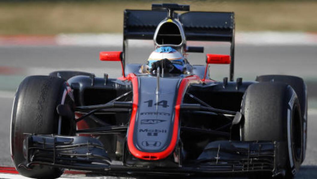 TO DAGER FØR. Her kjører Fernando Alonso ulykkesbilen to dager før krasjen. Foto: REUTERS.