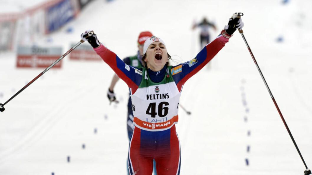 VANT IGJEN: Her jubler Heidi Weng for pallplassen i Lahti helga etter VM i Falun. I dag forsvarte hun NM-gullet i sprintstafett sammen med tremenning Martine Ek Hagen.Foto: REUTERS/Heikki Saukkomaa/Lehtikuva / NTB Scanpix