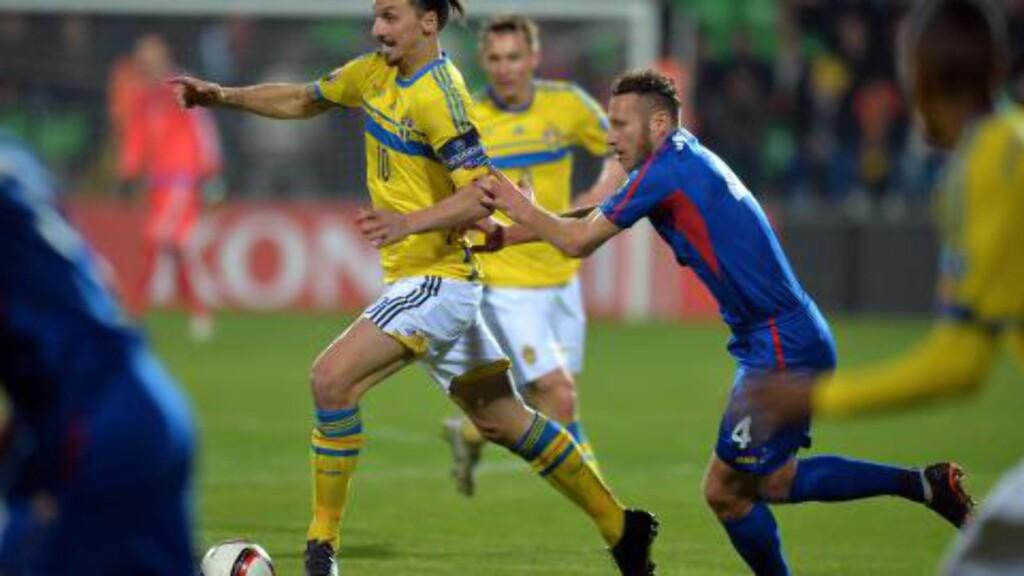 UVESENTLIG. For en gangs skyld stiller Zlatan i andre rekke, når det er landskamp. Her er han i aksjon mot Moldova i forrige uke. Foto: AFP