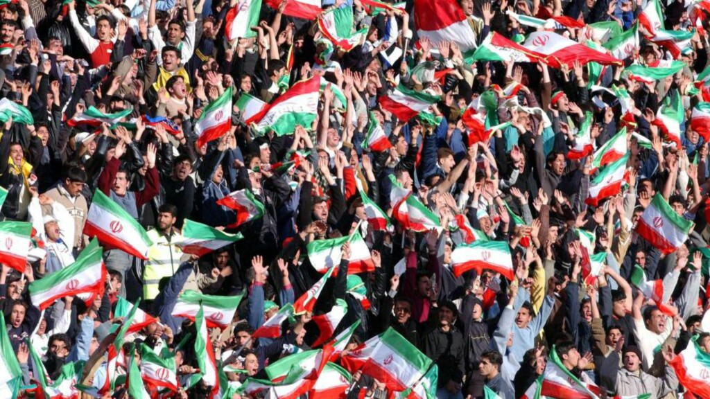 INGEN DAMER TAKK. På tribunen i Iran er det ingen damer. I morgen møtes Sverige og Iran på Friends arena i Stockholm. Det vekker følelser. Foto: AP.
