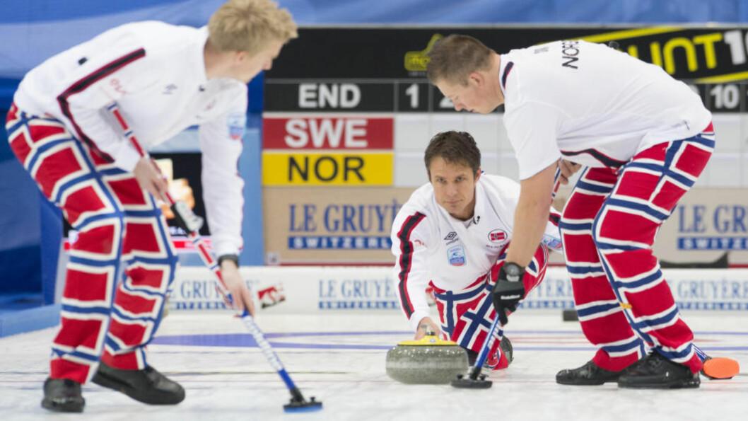 <strong> FORTSETTER STORSPILLET:</strong>  Thomas Ulsrud (i midten) og det norske curlinglaget. Foto: NTB Scanpix