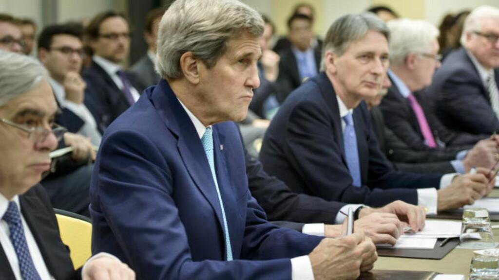 FORHANDLINGER: Målet med atomforhandlingene i Sveits er å komme fram til en avtale som kan dempe internasjonal bekymring for Teherans kjernefysiske program, samt gjøre en slutt på Irans isolasjon. - Det gjenstår fortsatt noen vanskelige temaer. Vi jobber hardt for å løse disse, sa USAs utenriksminister John Kerry tidligere denne uka. Foto: Brendan Smialowski/Pool/Reuters/Scanpix