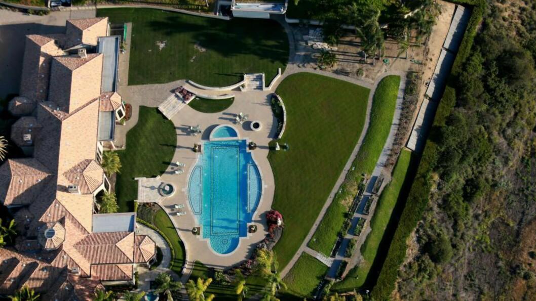 <strong>FIN PLEN:</strong> Et luksushjem i San Diego, California. Til tross for tørken er plenene fortsatt grønne i de rike områdene av staten. Der bruker hver innbygger fire ganger så mye vann som i de fattigste områdene. Guvernør Jerry Brown har pålagt 25 prosents reduksjon i vannforbruket, men i følge vannforsker Stephanie Pincetl skjønner ikke rike californiere at alle har et ansvar. Foto: AFP