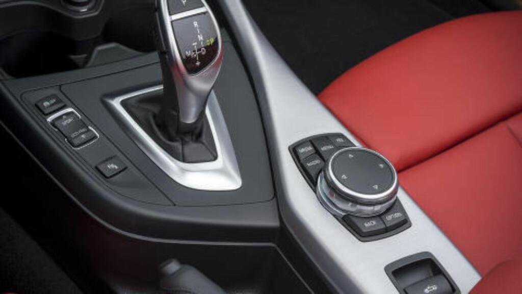ENKELT: Knappen for å åpne/lukke taket er plassert godt synlig i midtkonsollen. Foto: BMW