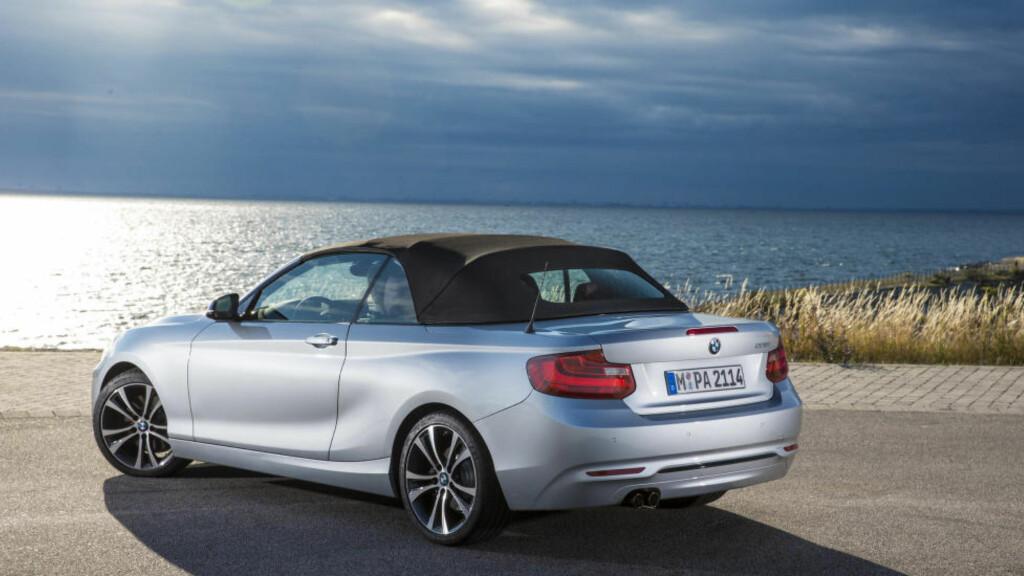 MED LUE: Soft-top er ikke det mest praktiske. Men BMW mener det skal synes at du kjører cabriolet selv når taket er oppe.  Foto: BMW