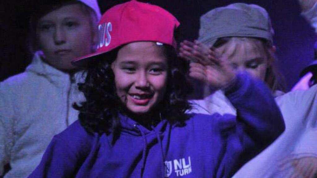 BLE SENDT UT: Farida (her 8 år) karakteriseres som en aktiv og integrert jente av venner på Dokka. Her danser til High School-musikalen på Norde Land kulturskole sin jubileumsforestilling «Jubbis» i 2013. Med på bilde er Mina Jørgensen (t.v) og Leah Emilie Furre Vågå. Foto: Stine Jøranli