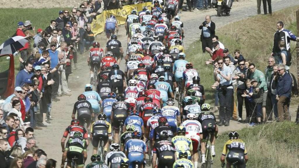 EN BEDRE TID:  Sykkelfeltene preges endelig av mindre dop. Her er verdenseliten på vei mot Roubaix. FOTO: EPA/Etienne Laurent.