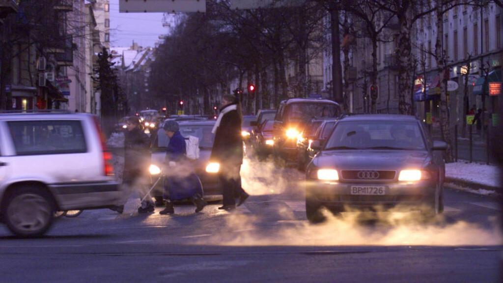PUSTEVANSKER: Særlig på enkelte vinterdager, men også ofte ellers, sliter folk med nedsatt funksjon i luftveier og lunger på grunn av dårlig luftkvalitet som skyldes lokale utslipp. Disse stammer særlig fra dieselbiler, og her er det ikke CO2 vi snakker om men nitrogenoksider (NO) og avgasspartikler (PM). Foto: OLAV OLSEN/NTB SCANPIX