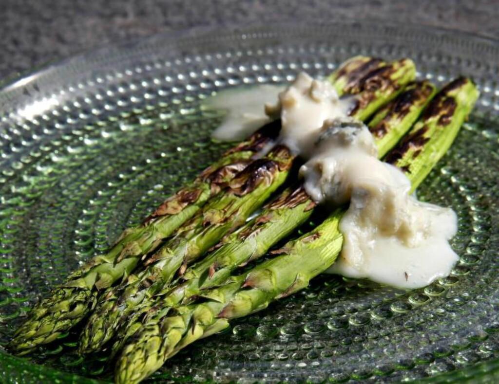 TID FOR GRØNT: De sprø stilkene kan grilles, kokes, dyppes i aioli, få følge av en gorgonzola eller rulles i skinke. Foto: METTE RANDEM