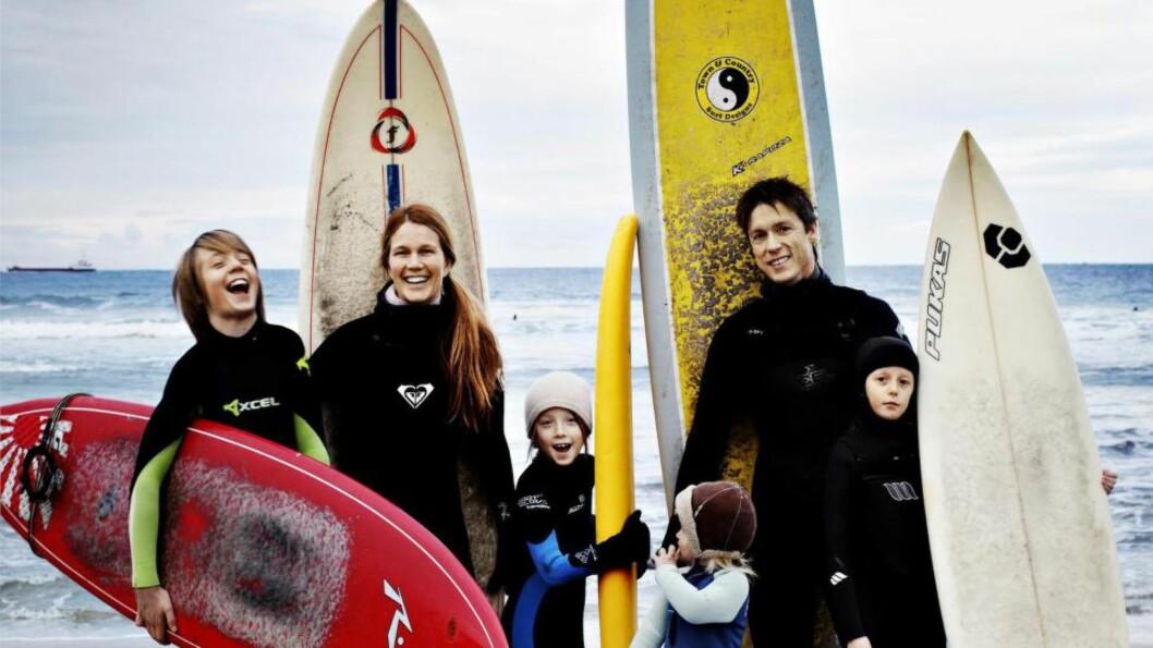 HAV AV MULIGHETER: I 2010 tok Helle (40) og Jon Frogner (41) med seg barna Gabriel (13) Maria (8) og Lisa (11), og flyttet fra Oslo til Ervika på Stad. På fem år har de fått sitt fjerde barn, Sara (2), etablert to bedrifter og tegnet og bygget eget hus. Foto: NINA RUUD/DAGBLADET