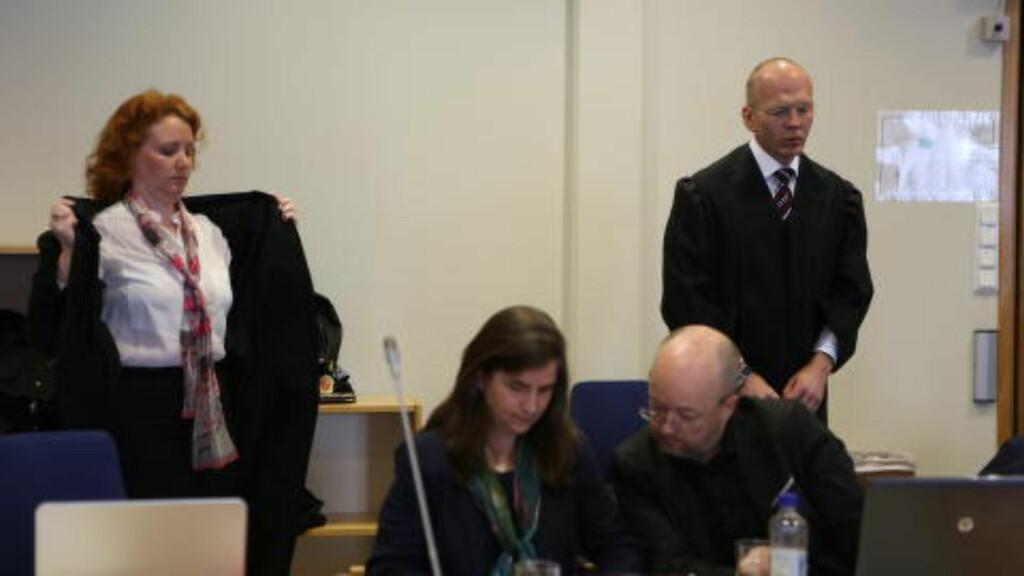 TIL STEDE: Faren til en av de to drepte jentene, Sara, sittende til høyre i bildet, er til stede i retten. Bak de to bistansadvokatene til jentenes familier, Stine Dordy Laier Nybø og Christian Lundin. Foto: Christian Roth Christensen / Dagbladet